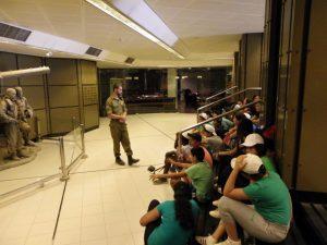ילדים מקשיבים להרצאה של חייל