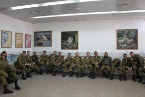 חילים יושבים בכיתת צפרות