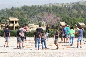 ילדים משחקים בחוץ עם חבלים