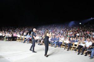 רמי קליינשטיין וקרן פלס מופיעים על במה באירוע באמפי תיאטרון של פארק לטרון