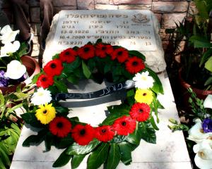 """זר עמותת יד לשריון על קברו של מוסה ז""""ל"""