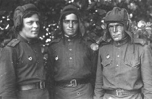 """יון דגן (באמצע) בשירותו בצבא האדום. """"אצלנו היה בדיוק מה שהיה בעמק הבכא, אבל בלי טנקים ישראלים""""המשפחה"""