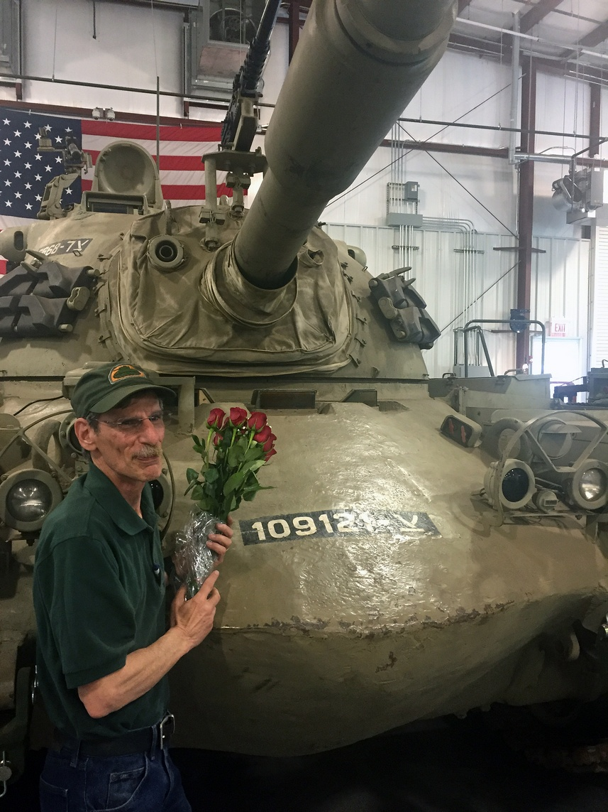 Jeff Ehrlich מניח ורדים