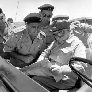 """אל""""מ יצחק פונדק, מפקד גייסות השריון משמאל עם שר הביטחון, דוד בן-גוריון, ורחבעם זאבי, מאי 1956"""