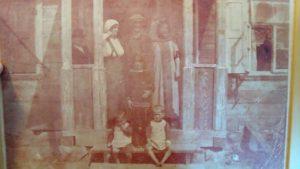 פונדק (כילד, מצד שמאל) עם הוריו, פולין, תחילת המאה ה-20