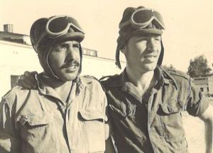 """שניים מצוות אחד הטנקים בפלוגה. מימין: אבישי התותחן ודורון המט""""ק"""