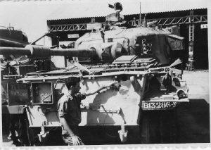 בני הספל ליד הטנק הפגוע 1968