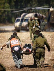 פינוי חייל פצוע לבית חולים בגבול לבנון. צילום: איי-פי AP