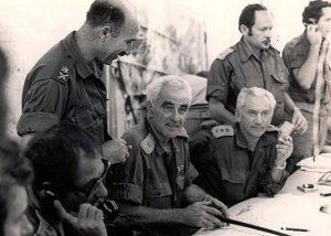 """תא""""ל אורי בן ארי (יושב במרכז) בחפ""""ק פיקוד דרום במלחמת יום הכיפורים"""