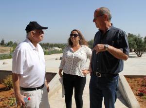 """נשיא בני ברית ישראל מר דניאל גרץ (משמאל) עם מנכ""""ל העמותה תא""""ל (במיל') חנן ברנשטיין, והגב' אושרת שפירא מנהלת מרכז המבקרים"""