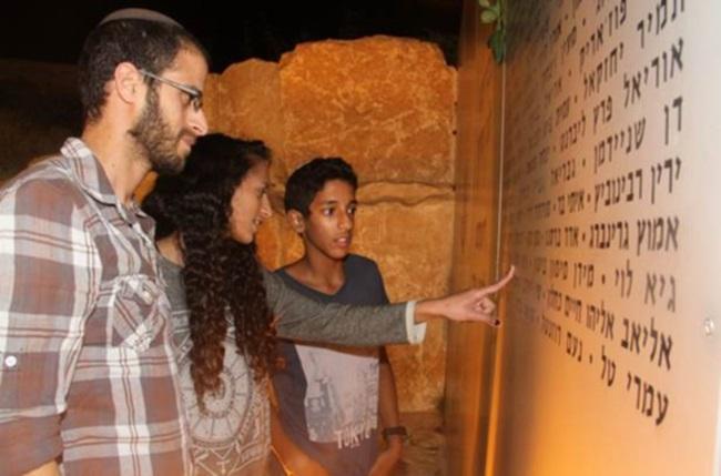 """בני משפחתו של סרן נתן כהן ז""""ל ליד כותל השמות"""