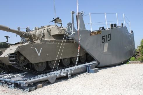 נחתת פ51 עציון גבר ועליה טנק
