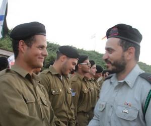 עומר (משמאל) בסיום קורס מפקדי טנקים