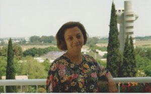חגית במרפסת ביתה, 1994
