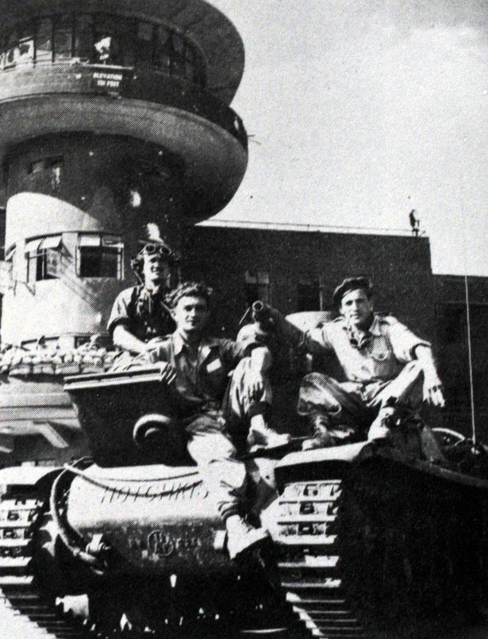 """טנק הוצ'קיס וצוותו לאחר כיבוש שדה התעופה לוד ע""""י גדוד 82. משמאל, הצטרף לצילום אחד מאנשי הצוות של טנק הקרומוול מספר 457 מפלוגה ד'"""