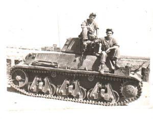 טנק הוצ'קיס של פלוגה א מגדוד 82 לאחר כיבוש שדה התעופה לוד במהלך מבצע דני. משמאל גרישה פוליאקוב, מימין אליהו פסט.