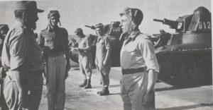 מפקד חטיבה 8 יצחק שדה בוחן מסדר של פלוגה ו' בגדוד 82