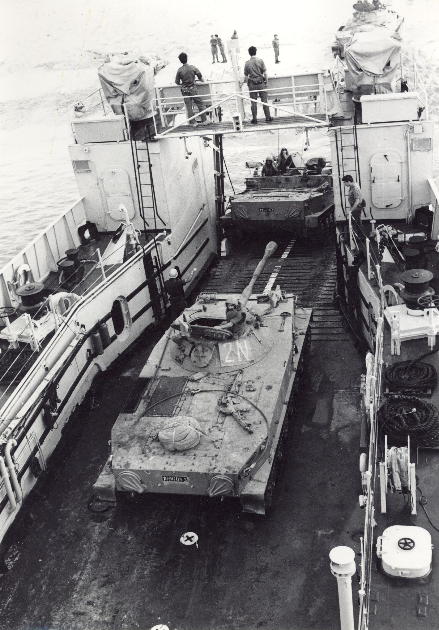 טנקים מסוג PT76 לפני ירידה מנחתת חיל הים