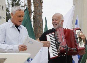 יוסי שוב (משמאל) מנחה הטקס, והאקורדיוניסט קובי בר