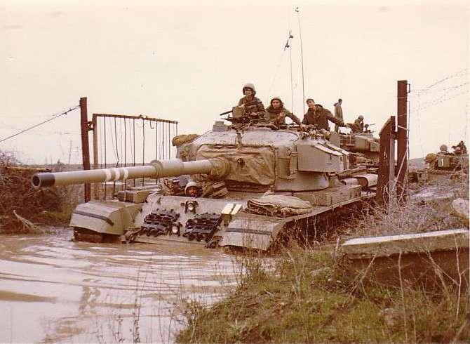 טנק שוט של חטיבה 188 חוצה את הגדר בחזרה לשטח רמת הגולן