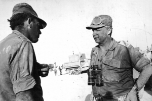 האלוף אריאל שרון (מימין) וששון יצחקי בסיום הקרב על נח'ל במלחמת ששת הימים