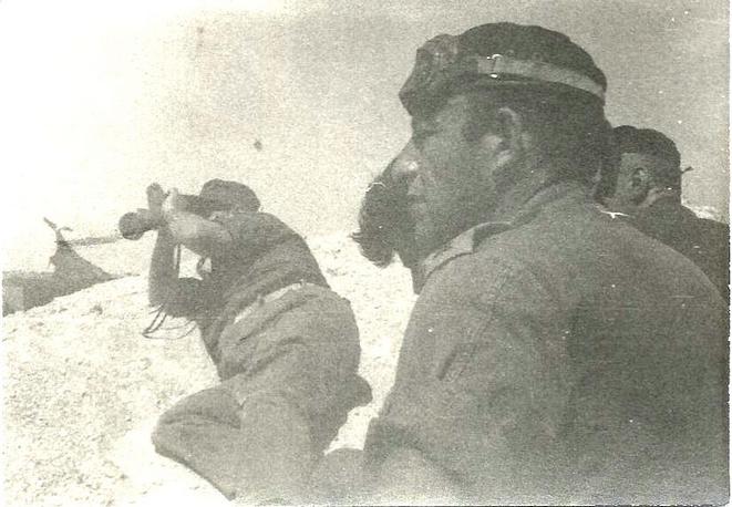 ששון יצחקי (מימין) ושר הביטחון משה דיין (שוכב עם משקפת) במוצב המזח במלחמת ההתשה