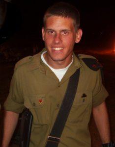 """קובי סמילג ז""""ל בעת קבלת דרגות הסמל במוצב ליד אריאל, אביב 2006. צילם: אלון בן יהודה"""