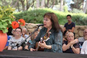 . הזמרת רותי ספרוני בוגרת החטיבה מלווה בשירה
