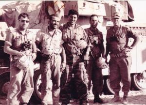 """יישכה שדמי, מח""""ט 200, מלחמת ששת הימים עם צוות הטנק הראשון שהגיע לתעלה: מימין לשמאל-יישכה, עמוס, בראשי ז""""ל, לוגסי, דוד כספי-מ""""פ"""
