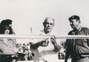 """1.טקס חנוכת אתר """"יד לשריון"""" במשטרת לטרון בדצמבר 1982. בתמונה אלוף משה בר כוכבא (בריל) מפקד גייסות שריון ותת אלוף (במיל') ישכה שדמי, ממייסדי עמותת יד לשריון, גוזר את הסרט."""