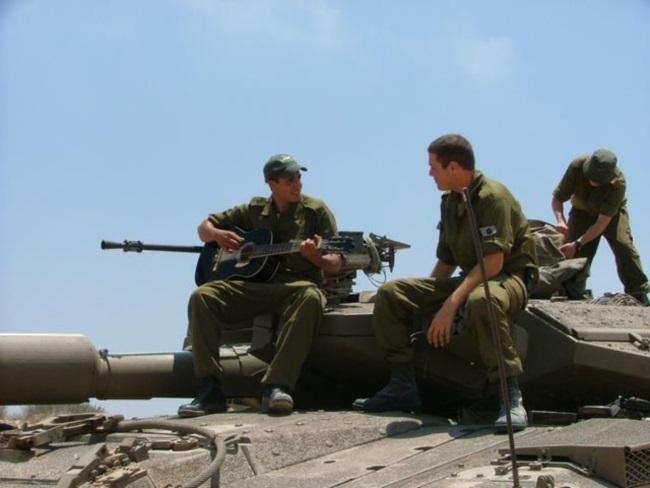 חיילים מנגנים ושרים על טנק