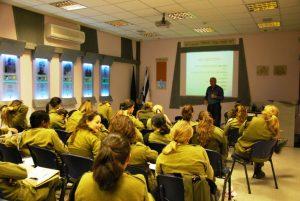 חיילים יושבים ומקשיבים להרצאה בחדר לימוד