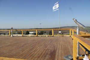 משקפות לתצפיות לעבר הנוף בגג בניין המשטרה, נופים, דגל ישראל