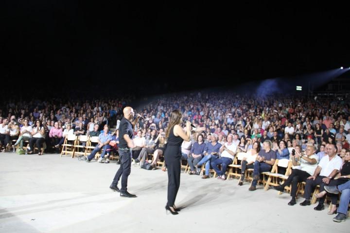 רמי קליינשטיין וקרן פלס מופיעים על במה באירוע בפארק לטרון