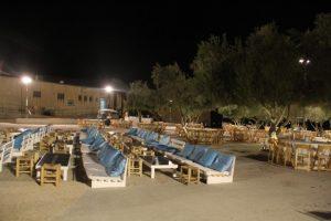 כיסאות ושולחנות של מסעדה בפארק לטרון