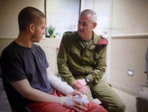 """הרמטכ""""ל לשעבר גנץ מבקר אותו בבית חולים. צילום: דובר צה""""ל"""