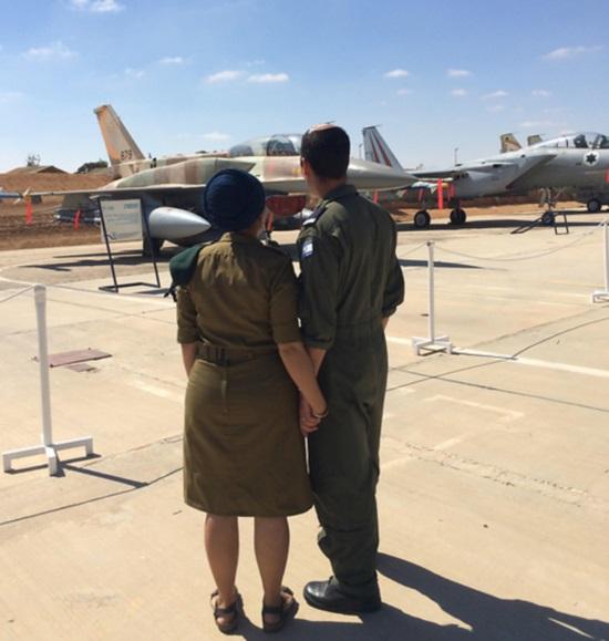 """ב' וה' ליד מטוס אף-16. """"זו הייתה תקופה קשה"""" (צילום: דובר צה""""ל)"""