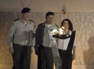 """הגברת יפעת אשר, בתו של איש חיל ההנדסה סמל מימון ברק-בוזגלו ז""""ל, מדליקה את אבוקת הזיכרון"""