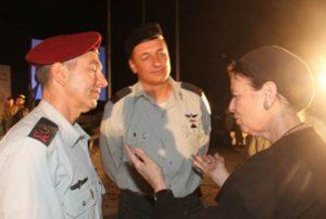 """משמאל: האלוף רונינומהמפקד פיקוד המרכז, תא""""ל איציק תורג'מן מפקד אוגדה 36 ובת משפחה שכולה"""