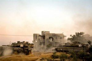 """פגז לעבר המבנה, ממרחק מטרים ספורים. חטיבה 401 במהלך המבצע. צילום: דובר צה""""ל"""