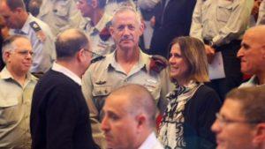 גנץ ורעייתו עם שר הביטחון(צילום: מוטי קמחי)