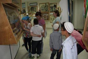 בתערוכת הלוחם היהודי במלחמת העולם השנייה, ליד חרבו של הבריגדיר היהודי פרדריך קיש