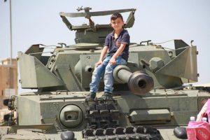 ילד שזוכר חסד נעורים לטנק הקרומוול
