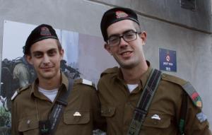 סמל עומרי גולדשטיין (משמאל) וסמל יוני קוצר