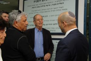 """יו""""ר העמותה האלוף (במיל') אודי שני מציין את העובדות על הלוחמים היהודים במלחמת העולם השנייה, על רקע שלט בנושא"""