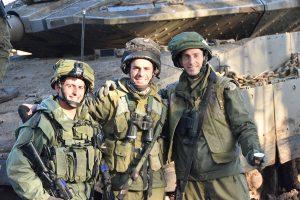"""מג""""ד עז 77, סא""""ל שאול ישראלי (מימין) ברגע של אתנחתא במהלך התרגיל הגדודי."""