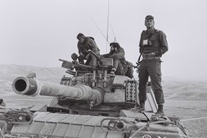 """מצנע ודורון רובין על טנק מגח 6ר' של המח""""ט באימון בבקעת הירדן"""