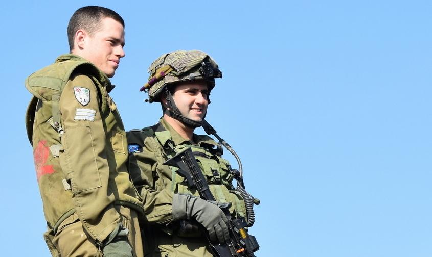 """ס""""ן כארם סמג""""ד 77 עם לוחם שריון מיחידתו. צילום: מיכאל מס"""