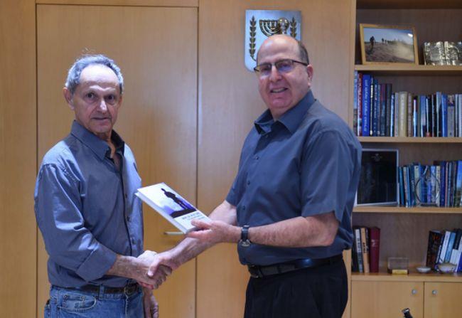 """שר הביטחון רא""""ל (במיל') משה (בוגי) יעלון מקבל עותק הספר מידי המחבר תא""""ל (במיל') אלישיב שמשי"""