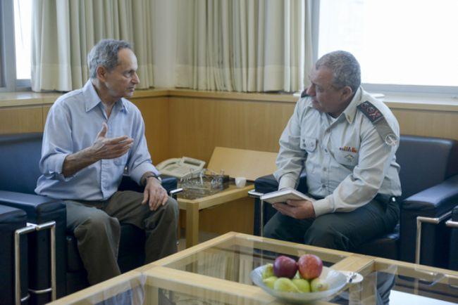 """הרמטכ""""ל רב-אלוף גדי איזנקוט במפגש על הספר, עם המחבר תא""""ל (במיל') אלישיב שמשי"""